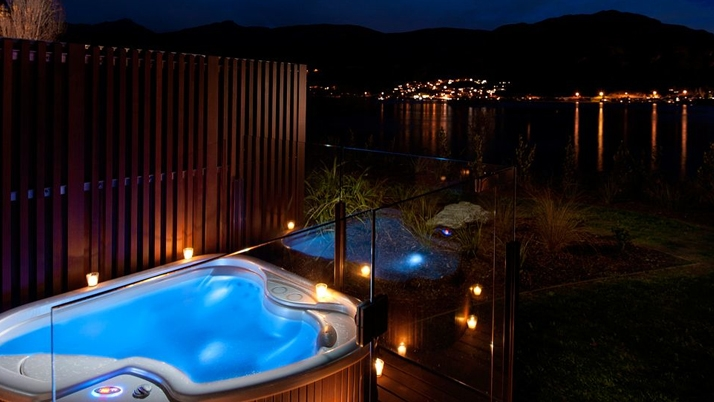 Top 10 hotels with hot tubs h2o spa hot tubs for Design hotel queenstown
