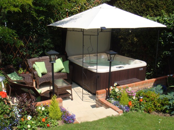 Hot tub enclosure ideas for your garden h2o spa hot tubs for Garden design ideas hot tubs